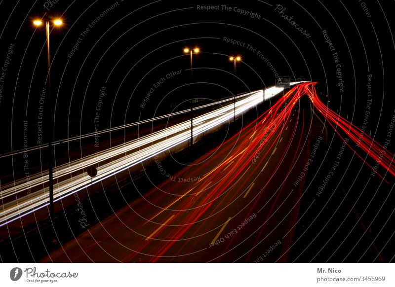 Autobahn bei Nacht Langzeitbelichtung Geschwindigkeit Verkehr Straße Verkehrswege Gegenverkehr Mobilität Nachtfahrt Bewegung Leuchtspur Rücklicht Straßenverkehr
