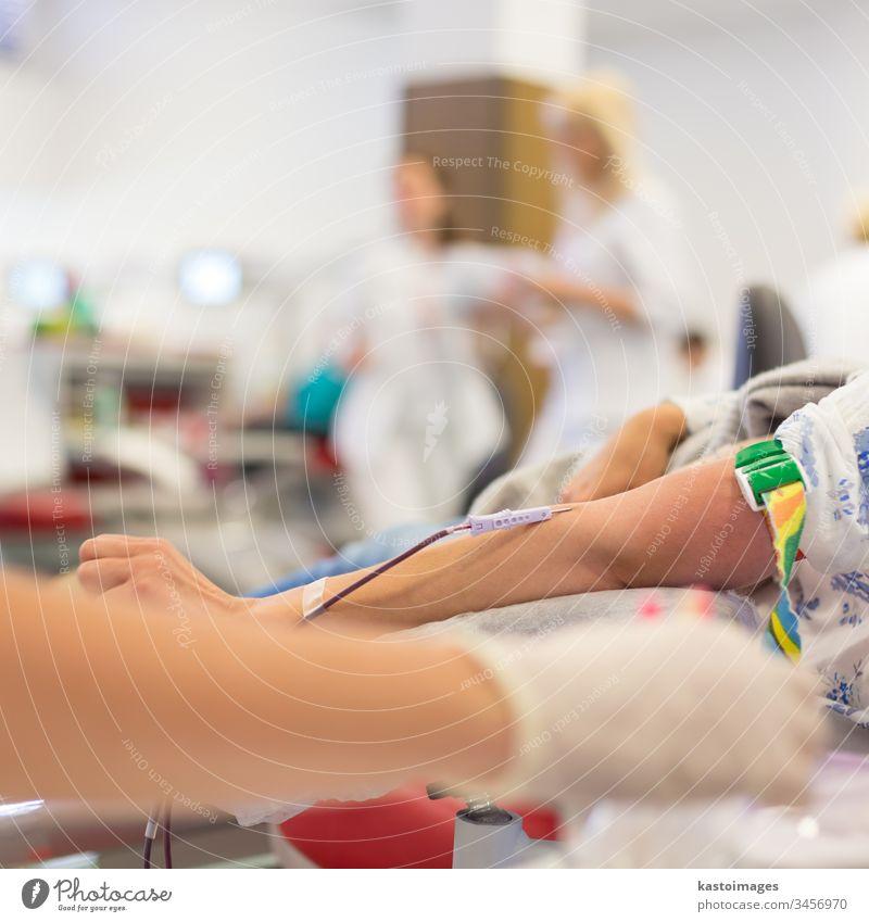 Krankenschwester und Blutspender bei der Spende. Spender Gesundheitswesen Geldgeschenk Labor Transfusion medizinisch Krankenhaus im Innenbereich Arme Mann