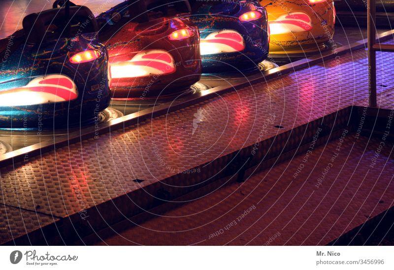 Autoscooter bei Nacht Kirmes Jahrmarkt Rummel Freizeit & Hobby Oktoberfest Schützenfest Auto-Skooter Schausteller Vergnügungspark Attraktion Fahrgeschäfte