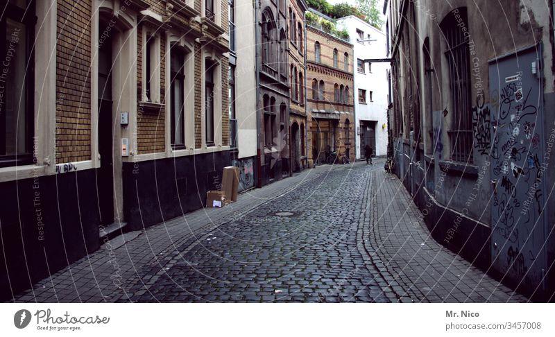 Eigelstein Altstadt Straße Köln dreckig Gasse eng Pflastersteine Stadtviertel Haus Fassade alt Architektur Gebäude Wege & Pfade Eingang historisch Fenster
