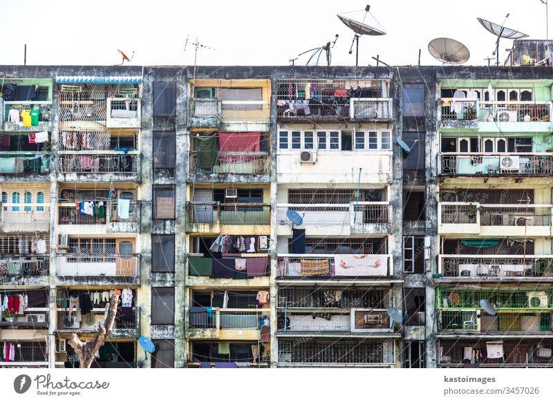 Wohnblock in Rangoon, Birma. Stadthaus Haus Fenster Häusliches Leben Stadtzentrum Wohnhaus Fassade Wohngebiet Balkon Architektur Gesellschaft (Soziologie)