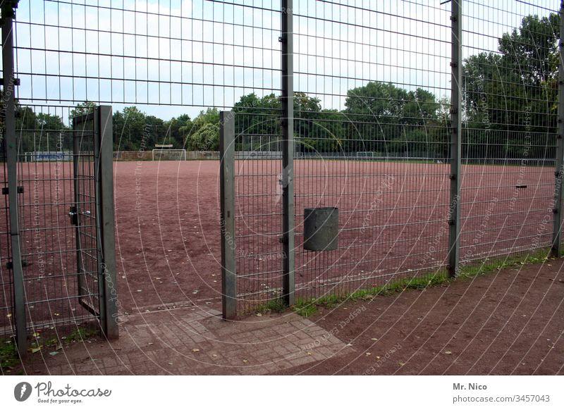 Türchen öffne dich Sportplatz Hartplatz Sportverein ascheplatz Zaun Sportstätten Freizeit & Hobby Sportveranstaltung Fußballplatz Ballsport auswärtsspiel
