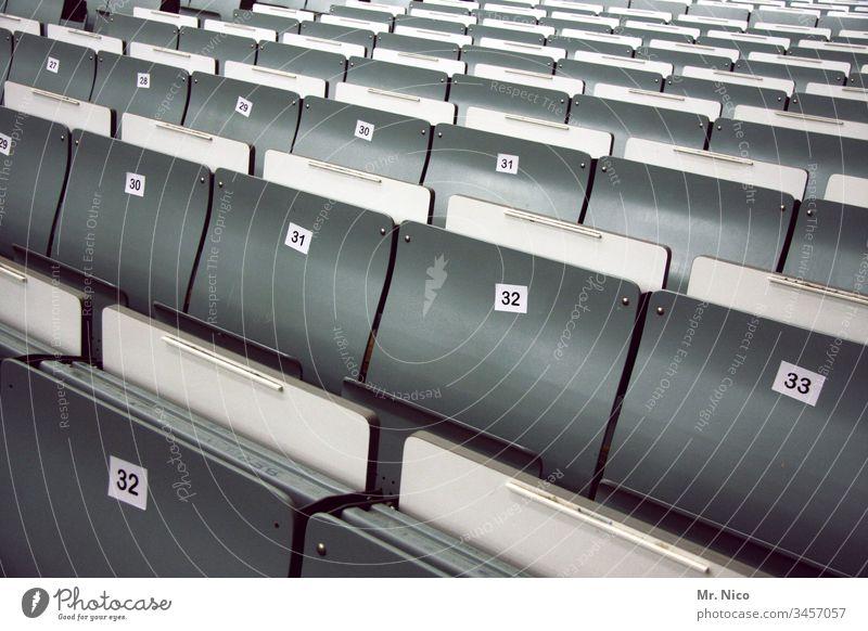 Leere Sitzreihen klappsitz Ziffern & Zahlen Hörsaal Veranstaltung Audimax Aula Sitzgelegenheit leer Reihe Platz Publikum Tribüne Seminar Universität Schule