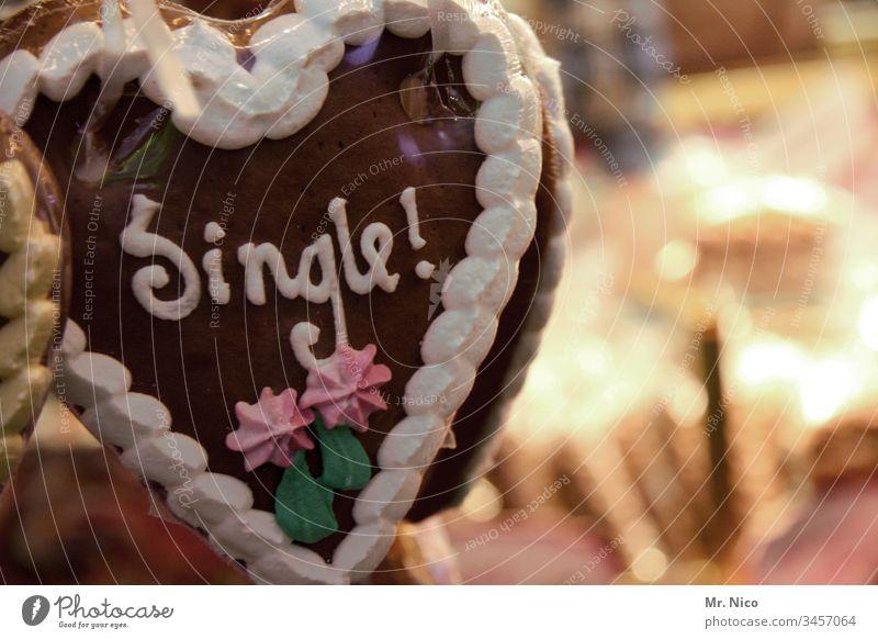Single ! Detailaufnahme Liebesaffäre Partnersuche Zuckerguß Oktoberfest Feste & Feiern Kirmes Süßes Lebkuchenherzen Süßwaren herzförmig Jahrmarkt Flirten