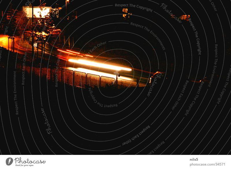 Lichtstreifen Langzeitbelichtung Streifen Stimmung rot gelb Stadt Fahrbahn PKW Idylle Gesichtsausdruck Straße Unschärfe Wege & Pfade