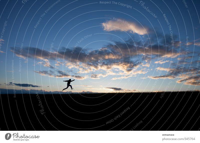 Schattenläufer Mensch Himmel Natur Mann Ferien & Urlaub & Reisen blau Sommer Landschaft Freude Wolken Erwachsene Ferne Berge u. Gebirge Sport Freiheit springen