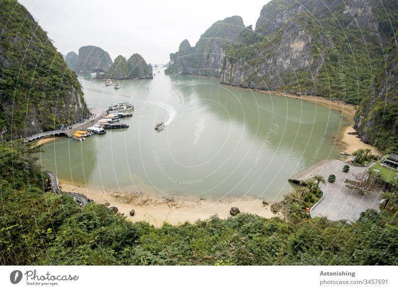 Boote in einer Buch in der Ha-Long Bay, Vietnam Entfernung Weite Wellen Asien Halong Außenaufnahme Ferien & Urlaub & Reisen Halong Bay Felsen Stein Bucht Natur