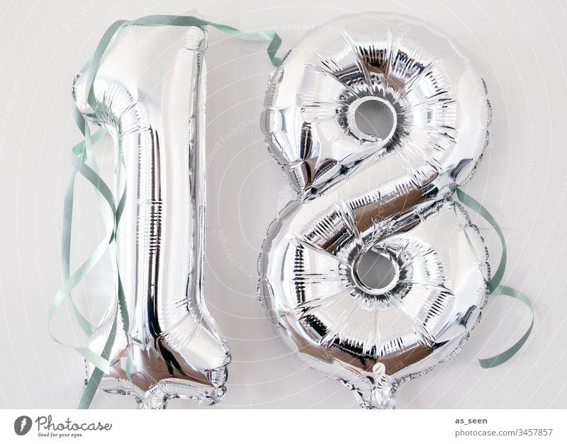 18. Geburtstag Jugendliche Luftballon silber Folie Luftschlange Feste & Feiern Party Farbfoto Fröhlichkeit Innenaufnahme feste und feiern Geburtstagsparty