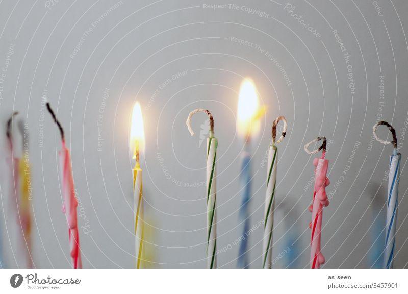 Geburtstagskerzen Kerze bunt gestreift Feste & Feiern Farbfoto Innenaufnahme Geburtstagstorte mehrfarbig Kuchen Schwache Tiefenschärfe Menschenleer