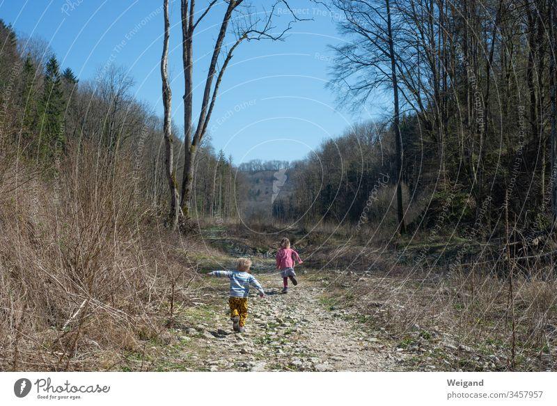 Kinder toben im Wald Weg Kindheit Ausflug Ferien Herbst Familie Wanderung entdecken Urlaub Spannung rennen Feldweg Sommer Tal Hohenlohe