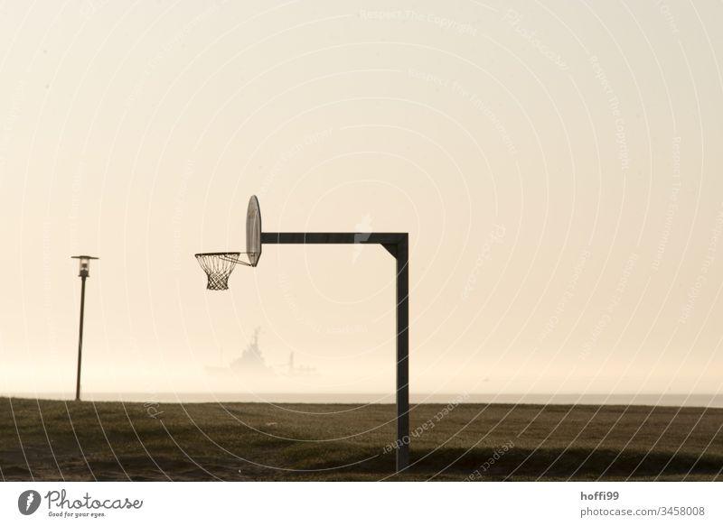 Basketball am Strand - die Sonne geht mit leichtem Frühnebel auf Nordsee Wangerland Ebbe Sonnenaufgang Sonnenaufgang Himmel Schiff Sonnenuntergang Küste Meer