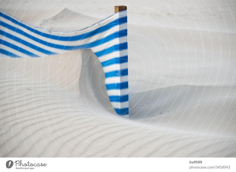 Windschutz an einem windigen Sandstrand mit Dünen abstrakt Windabweiser gestreift Handtuch Wege & Pfade Schutz Sonnenschirm Erholung Sonnenstrahlen Strand