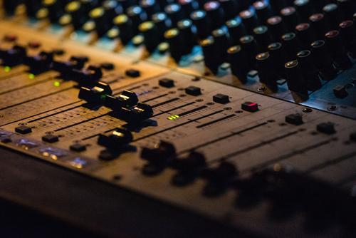 Mischpult im Einsatz Konzert elektronische musik anlagetechnik Musikanlage Regler Technik & Technologie Schieberegler Diskjockey Produzent Instrument