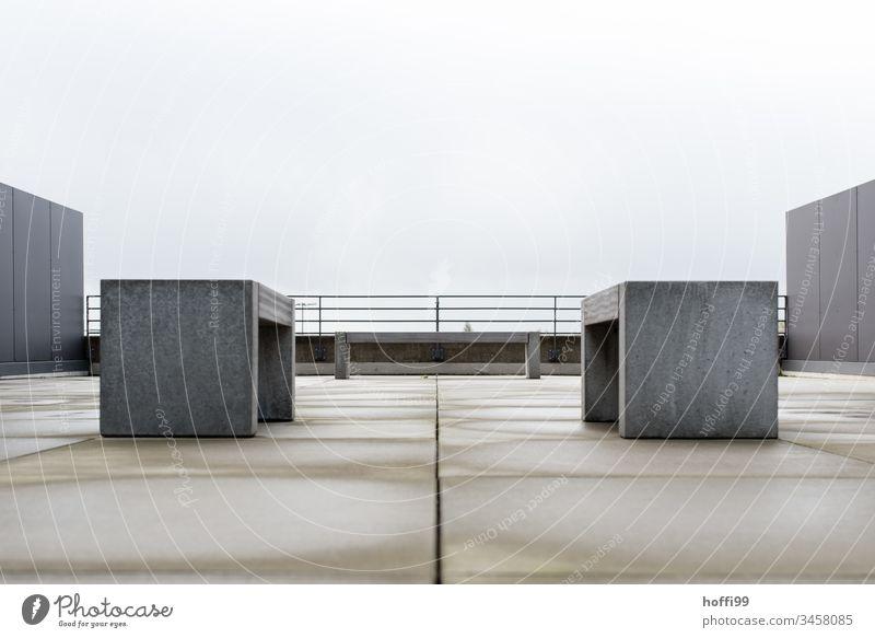 Betonbank auf dem Dach - platz nehmen Betonbauweise Betonklotz urban Betonmauer Betonwand Bank Platz Einsamkeit Wand Minimalismus Symmetrie Sitzbank