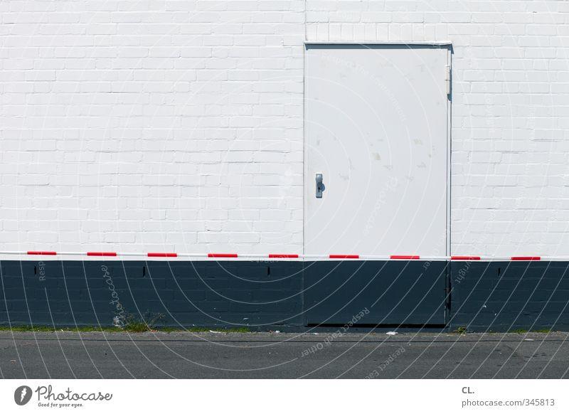 versperrt Menschenleer Haus Industrieanlage Fabrik Mauer Wand Fassade Tür trist Stadt grau Sicherheit Schutz Frustration geschlossen schließen Barriere