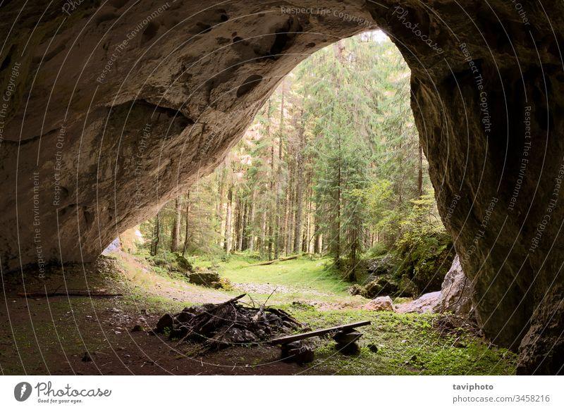 Blick von der Höhle Valea Firii tropisch geologisch schwarz erstaunlich geheimnisvoll Dunkelheit berühmt Kalkstein antik Speläologie Höhlenforschung panoramisch