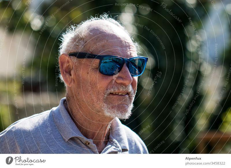 alt | und stellenweise grau Senior Greis Männlicher Senior Großvater Mensch maskulin Außenaufnahme Porträt Schwache Tiefenschärfe 60 und älter Mann Tag