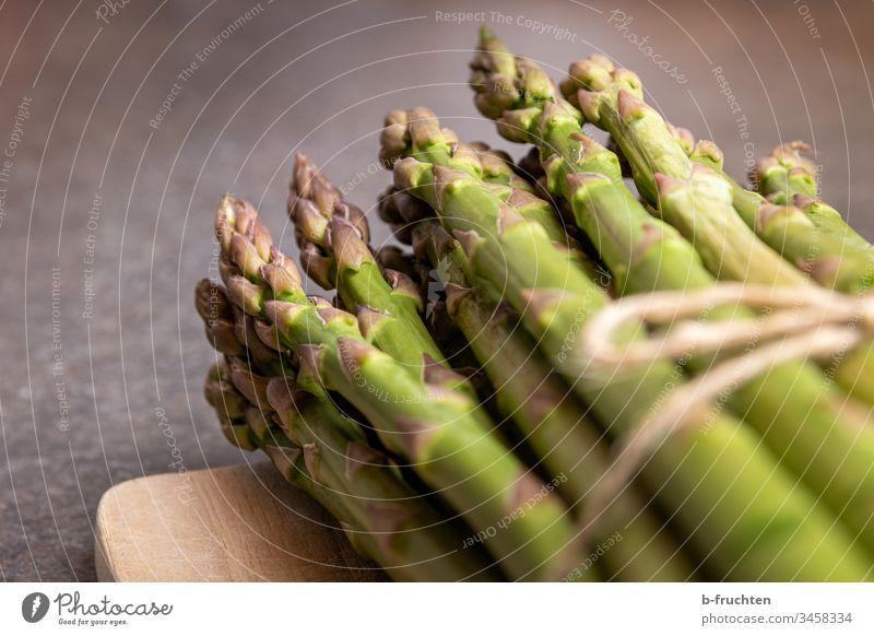 Ein Bund grüner Spargel auf einem Holzbrett Gemüse Lebensmittel Ernährung Vegetarische Ernährung Gesunde Ernährung Gesundheit Bioprodukte frisch Menschenleer