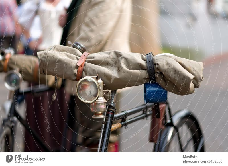 50er Jahre Fahrrad alt fahrrad gepäck herrenfahrrad herrenrad karbidlampe klingel luftpumpe mobil nostalgier old oldtimer pedale regenkleidung retro räder tour