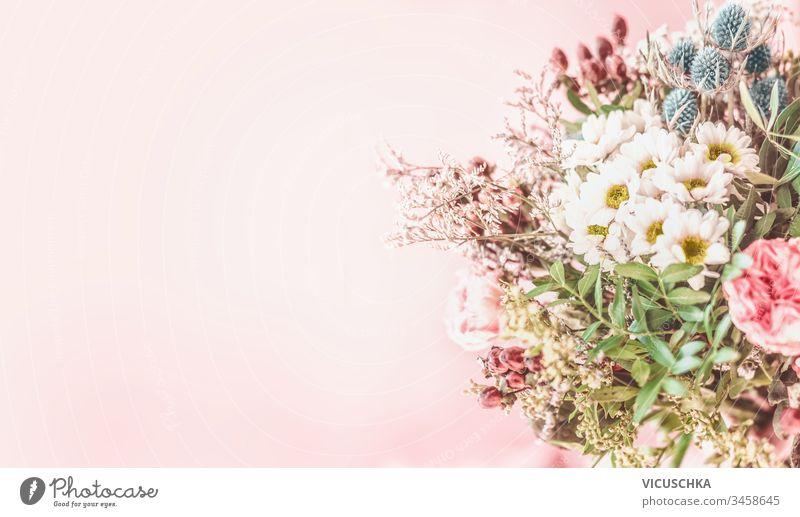 Hübsches Sommerblumenstrauß-Arrangement auf blassrosa Hintergrund. Floraler Hintergrund hübsch Haufen Ordnung blumiger Hintergrund Überstrahlung natürlich