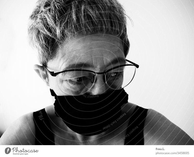 Wirklich Sorgen bereitete ihr, dass ihre Ohren noch mehr abstanden, wenn sie die Atemschutzmaske an ihnen befestigte. Frau Porträt alt Sorgenfalten gefaltet