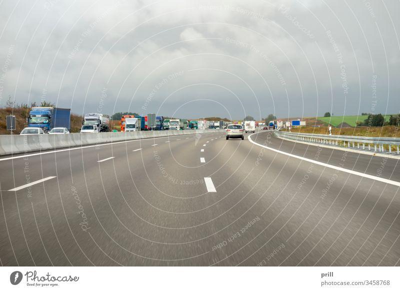 Autobahn mit kontrollierter Zufahrt verkehr Straße fahren fahrzeug deutschland Reise Verkehr schnelligkeit lieferwagen lastkraftwagen Weg durchfahrt Automobil