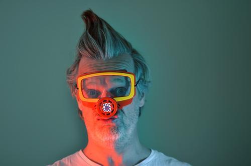 maskenpflicht Maske Atemschutzmaske Mensch Farbfoto Mann Erwachsene Schutz bedrohlich Angst Porträt 1 Innenaufnahme gefährlich Blick Junger Mann