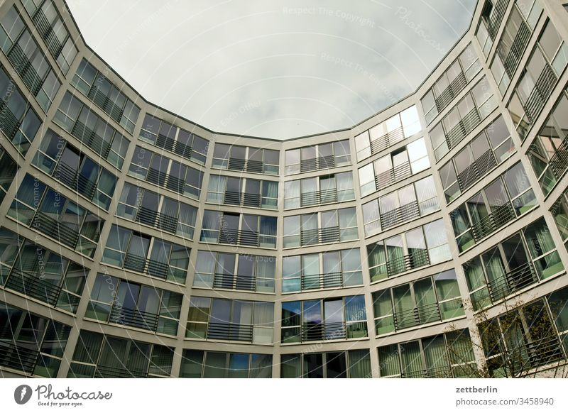 Halbrunder Neubau architektur außen berlin city frühjahr frühling hauptstadt haus innenstadt menschenleer städtereise textfreiraum tourismus touristik fassade