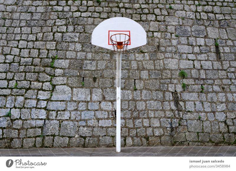 Basketballkorb in der Stadt Bilbao Spanien, Sport auf der Straße Korb Straßenkorb Sportgeräte Reifen spielen Spielen Gerät Konkurrenz Verlassen alt Gericht Feld