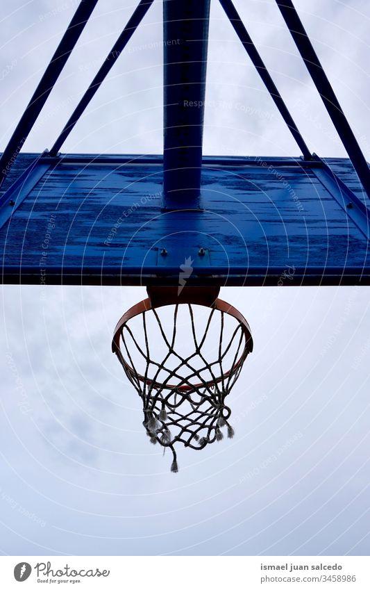 Basketballkorb, Straßenkorb Reifen Korb Himmel blau Silhouette kreisen anketten metallisch Netz Sport Sportgerät spielen Spielen spielerisch alt Park Spielplatz