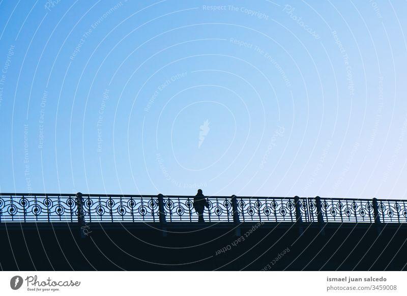 Touristen, die auf der Brücke in der Stadt Bilbao Spanien spazieren gehen, Männersilhouette Person Menschen menschlich Fußgänger Schatten Silhouette Straße