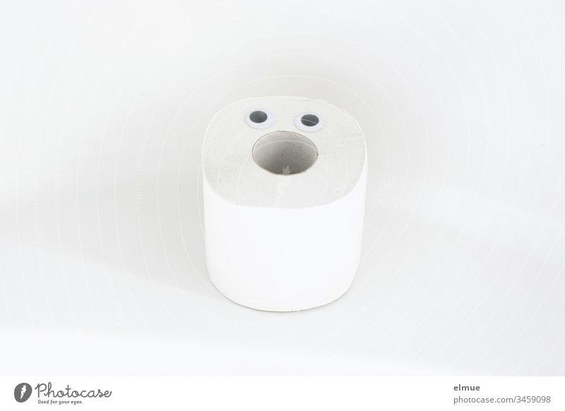 eine Rolle Toilettenpapier mit zwei Augen Klopapier staunen Hamsterkauf Spaß glotzen weiß Sauberkeit Innenaufnahme Körperpflege Menschenleer Häusliches Leben
