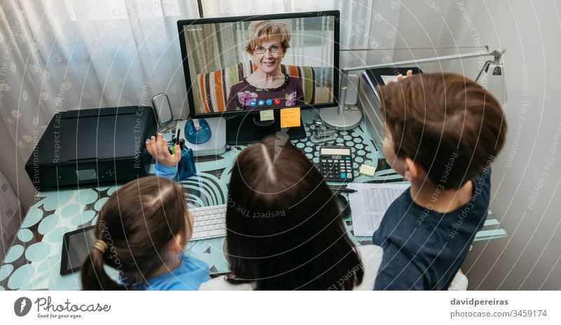 Familie spricht per Videoanruf mit der Großmutter Draufsicht Videokonferenz Computer Coronavirus Panorama Quarantäne sprechend covid-19 Frau Kind Mutter Oma