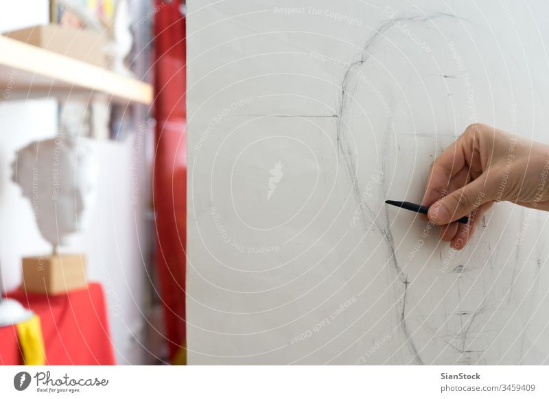 Künstlerin beim Zeichnen von Bleistift-Portrait, Nahaufnahme Malerei Werkstatt Zeichnung Kunst Anstreicher Hobby Hintergrund Bildhauerei Skizze Atelier Handwerk