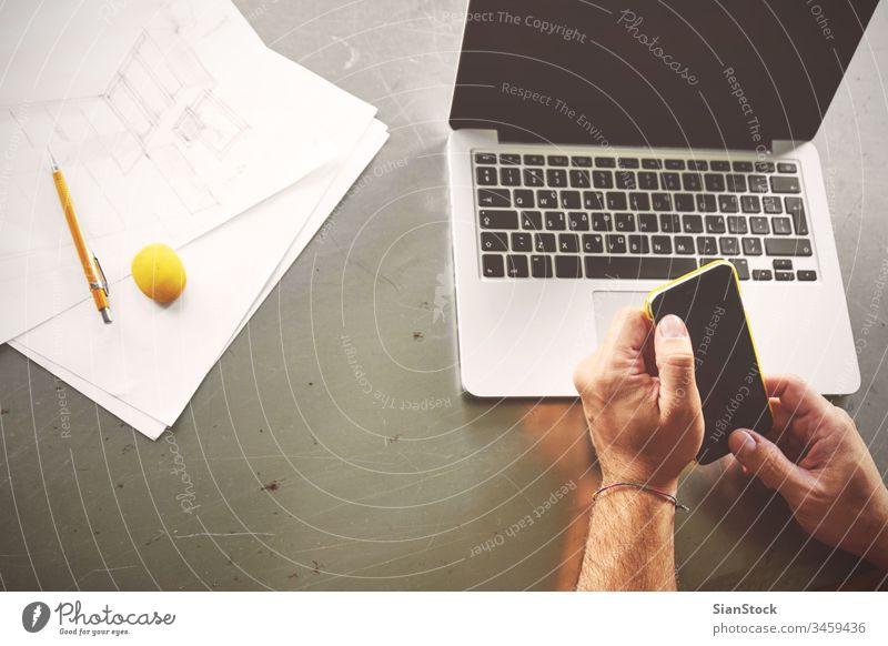 Draufsicht eines Architekten, der am Computer arbeitet und seinen Kunden anruft Laptop Business Arbeitsplatz Hände Büro Keyboard Schreibtisch Hand Tisch