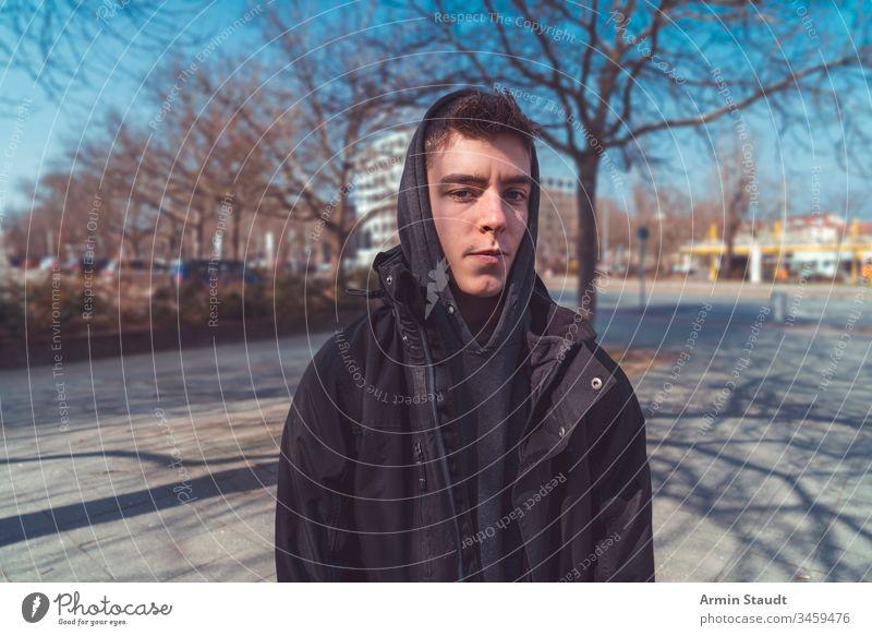 Porträt eines ernsthaften jungen Mannes mit Kapuzenpulli Lifestyle Jugendlicher Erwachsener attraktiv schön Schönheit Junge lässig Kaukasier Nahaufnahme
