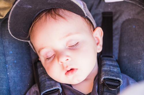 Porträt eines schönen schlafenden Babys bezaubernd Schönheit Junge Kaukasier Kind Kindheit Nahaufnahme zugeklappt niedlich träumen Auge Gesicht Hand Gesundheit