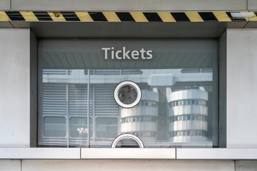 geschlossener Kartenschalter des ICC Berlin Zutritt blau Kabine Kasten Abendkasse Business kaufen prüfen zugeklappt Abfertigungsschalter Gutschein gebeugt