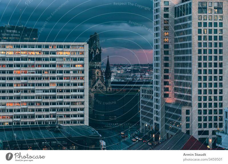 Gedächtniskirche Berlin am Abend, mit dunklen Wolken Zoo Architektur Gebäude Kapital Charlottenburg Kirche Großstadt Stadtbild Wolkenlandschaft dramatisch