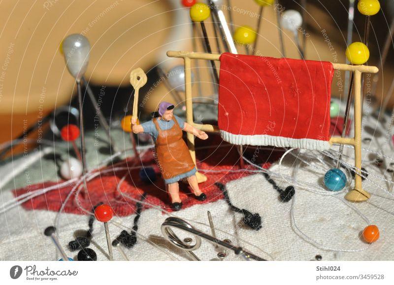 Miniatur Diorama: Teppich klopfen auf Nadelkissen H0 1:87 MAßstab NAdelkissen Teppichstange Teppichklopfer schwungvoll Hausfrau Frau Stecknadeln