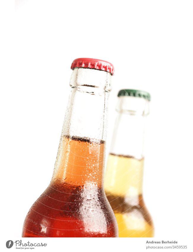 Zwei eiskalte Flaschen mit Bio-Limonade vor weißem Hintergrund organisch Zucker frei alkoholfrei isoton Bier Alkohol Glas trinken vereinzelt braun Getränk