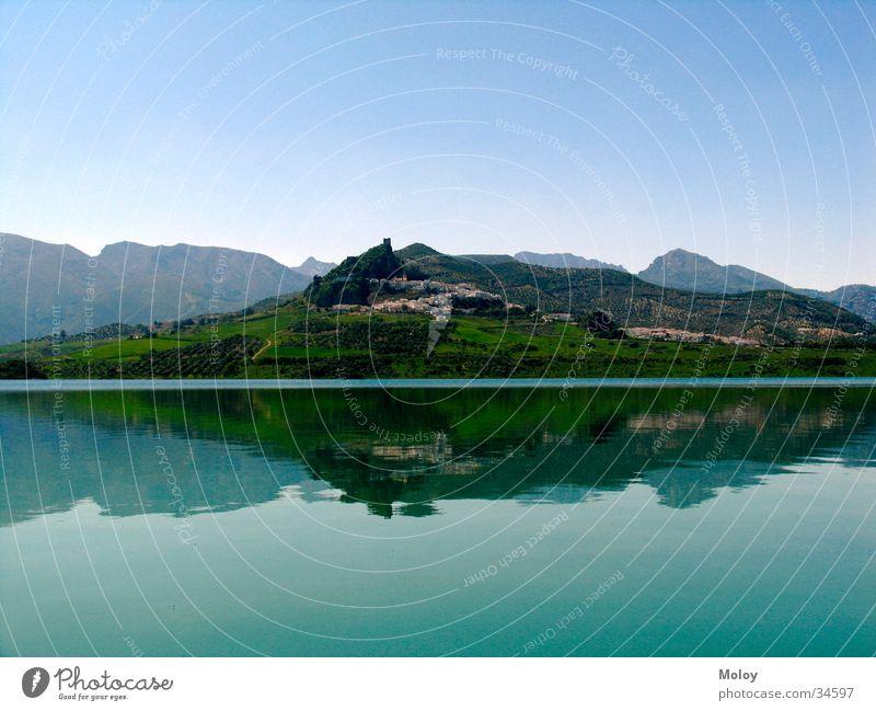 Spiegelung Reflexion & Spiegelung See Zahara de la Sierra Andalusien Dorf Wasser Berge u. Gebirge Ferne
