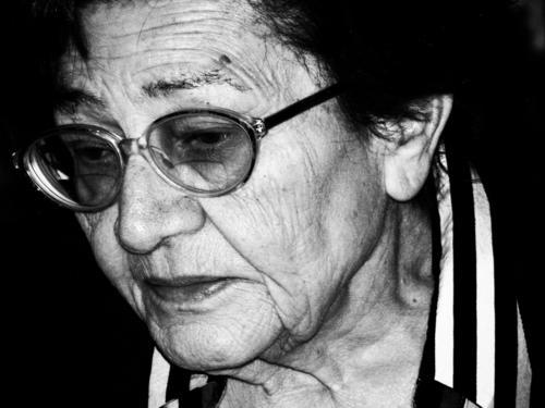 Traurigkeit umschattete das schöne Gesicht der alten Frau. Porträt seniorin Erwachsene Schwarzweißfoto Brille Tag Kummer