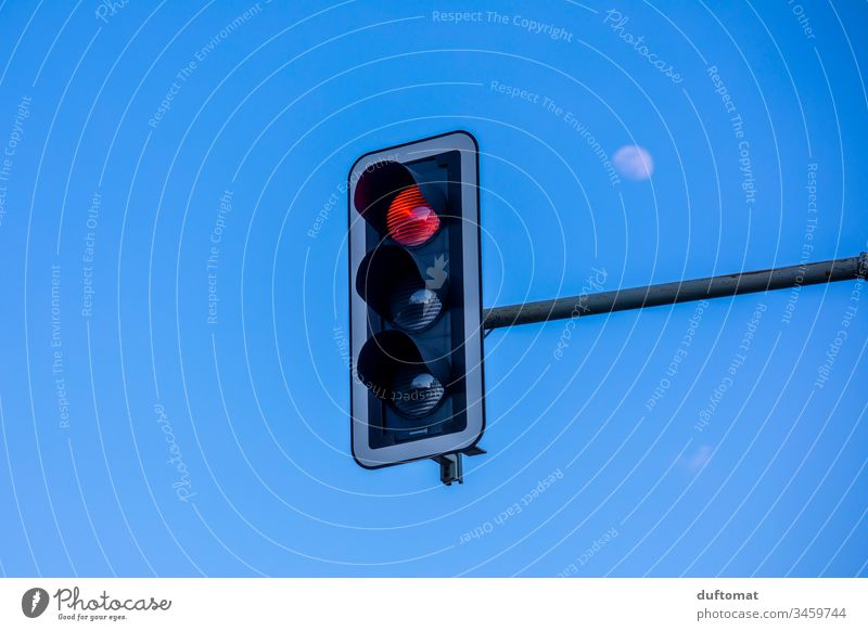 Stop! Ampel auf rot. Mond Verkehr Himmel blau Straße fahren Außenaufnahme Autofahren Verkehrswege Verkehrsmittel Fahrzeug Personenverkehr Stadt Straßenverkehr