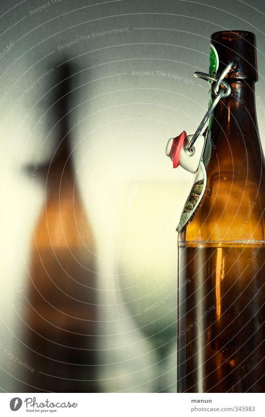 Leerstand Lebensmittel Ernährung Getränk Erfrischungsgetränk Alkohol Bier Flasche Glas Bierflasche Bierglas glänzend Originalität braun Genusssucht Alkoholsucht