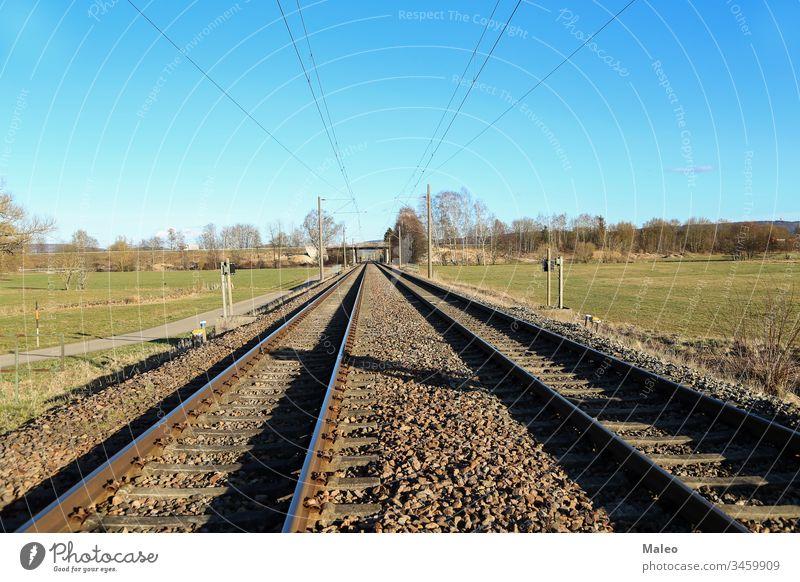 Eisenbahn, die sich in die Ferne der Felder erstreckt Schiene reisen Landschaft Natur im Freien Transport Weg grün Bahn Verkehr Entfernung bügeln Reise Himmel