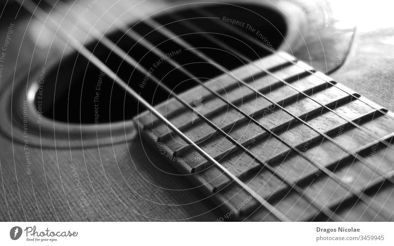 Nahaufnahme-Makro auf Gitarrensaiten Schwarz-Weiß-Foto akustisch Kunst künstlerisch Audio Band schwarz braun klassisch Klassik schließen abschließen Konzert