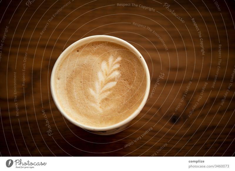 Latte Macchiato mit Blümchen latte latte macchiato cappuccino take away to go holz holztisch milchschaum muster blume herz cafe kaffee kreation gastronomie