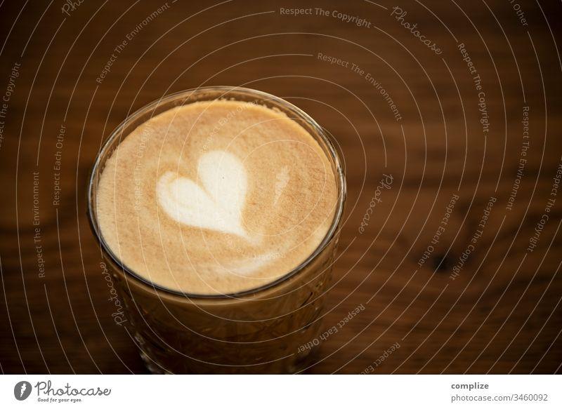 Latte Macchiato mit Herzchen latte latte macchiato cappuccino take away to go holz holztisch milchschaum muster blume herz cafe kaffee kreation gastronomie