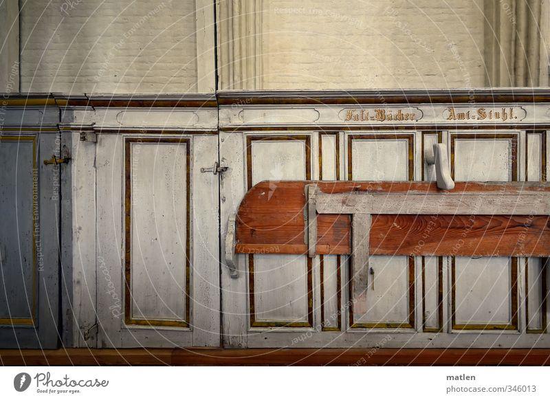 zünftig Menschenleer Kirche Mauer Wand braun gold grau weiß hochgeklappt Empore Amtsstuhl Salzbäcker Farbfoto Innenaufnahme Textfreiraum oben